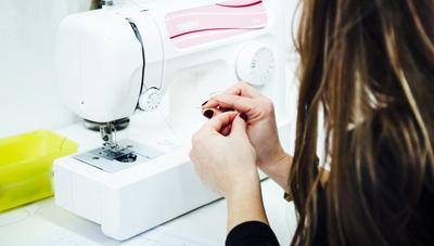 Hacer canilla y Enhebrar la maquina de coser