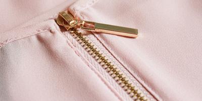 espalda camiseta cremallera metalica dorada